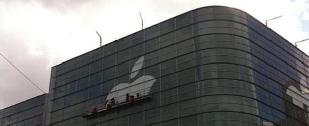Apple_begins_Moscone_WWDC_00