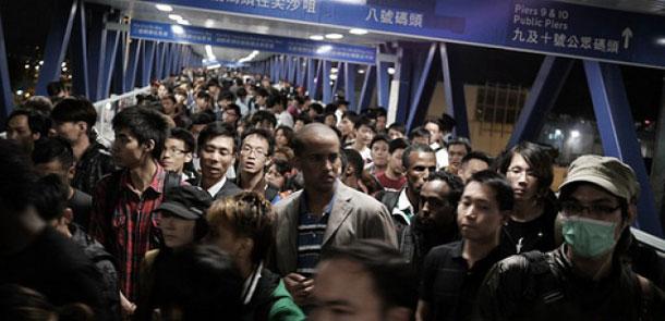 police_control_massive_iphone4s_line_HK_0