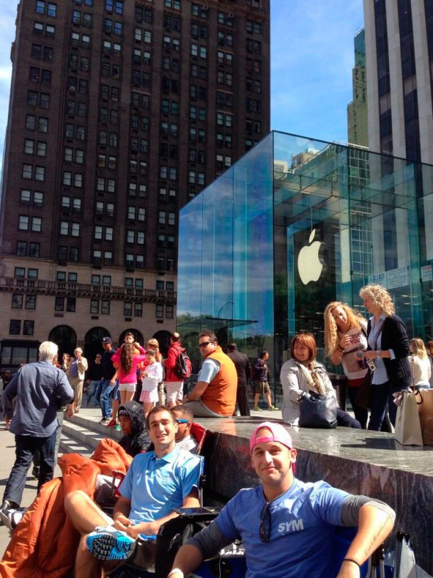 campers-already-setting-up-for-iphone-5s5c-launch-at-apples-fifth-avenue-store-1