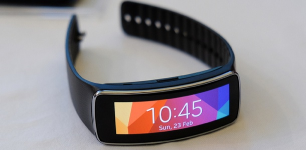 samsung-introduces-new-gear-fit-fitness-tracker-0