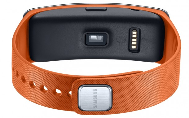 samsung-introduces-new-gear-fit-fitness-tracker-2