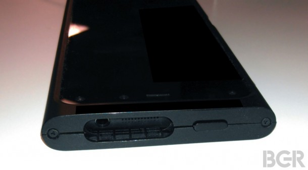 amazons-iphone-competitor-purportedly-revealed-in-photos-with-6-cameras-3d-ui-3